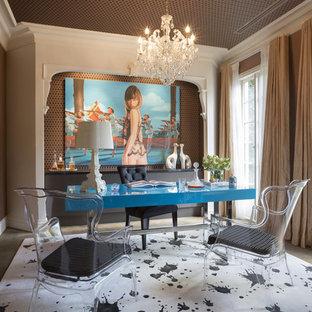 Idee per un grande ufficio boho chic con pareti arancioni, moquette, nessun camino, scrivania autoportante e pavimento beige