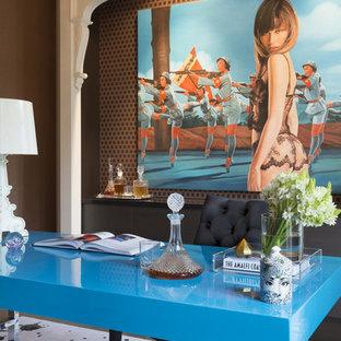 メルボルンの大きいエクレクティックスタイルのおしゃれな書斎 (オレンジの壁、カーペット敷き、暖炉なし、自立型机、ベージュの床) の写真