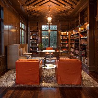 Klassisches Arbeitszimmer mit Arbeitsplatz, brauner Wandfarbe, dunklem Holzboden, freistehendem Schreibtisch und braunem Boden in Los Angeles