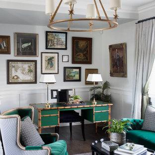 ブリスベンの広いトランジショナルスタイルのおしゃれな書斎 (白い壁、無垢フローリング、自立型机、茶色い床、羽目板の壁) の写真