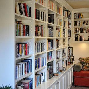メルボルンの中サイズのヴィクトリアン調のおしゃれなホームオフィス・書斎 (ライブラリー) の写真