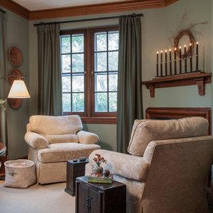 セントルイスの小さいトラディショナルスタイルのおしゃれなホームオフィス・書斎 (ライブラリー、緑の壁、カーペット敷き、コーナー設置型暖炉、木材の暖炉まわり、自立型机、ベージュの床) の写真