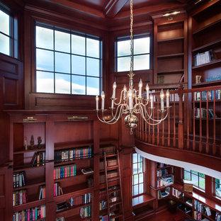 Inspiration pour un très grand bureau traditionnel avec un mur marron, un sol en bois brun et un bureau indépendant.