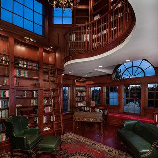 オーランドの巨大なトラディショナルスタイルのおしゃれなホームオフィス・書斎 (茶色い壁、無垢フローリング、自立型机) の写真