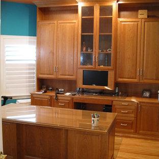 Idee per un ufficio chic di medie dimensioni con pareti blu, parquet chiaro, nessun camino e scrivania autoportante