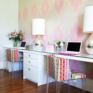 Imagen de despacho tradicional renovado con paredes multicolor, escritorio empotrado y suelo de madera oscura