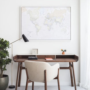ロンドンのコンテンポラリースタイルのおしゃれな書斎 (白い壁、コンクリートの床、自立型机、ベージュの床) の写真