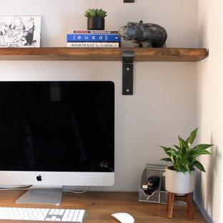 ウエストミッドランズの中くらいのインダストリアルスタイルのおしゃれな書斎 (グレーの壁、ラミネートの床、造り付け机、グレーの床) の写真