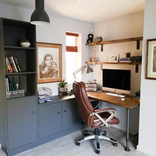 ウエストミッドランズの中サイズのコンテンポラリースタイルのおしゃれな書斎 (グレーの壁、ラミネートの床、造り付け机、白い床) の写真