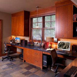 ミネアポリスの大きいトランジショナルスタイルのおしゃれな書斎 (グレーの壁、スレートの床、造り付け机、暖炉なし) の写真