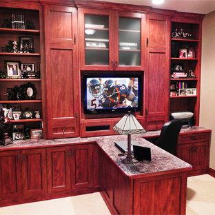 タンパの中サイズのトラディショナルスタイルのおしゃれな書斎 (ベージュの壁、カーペット敷き、造り付け机、ベージュの床) の写真