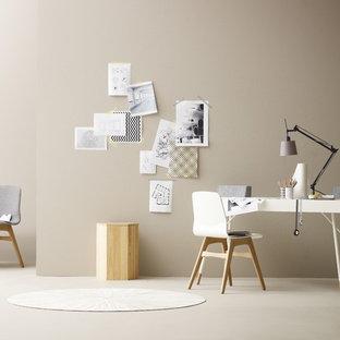 Esempio di uno studio nordico di medie dimensioni con pareti marroni, moquette, nessun camino, scrivania autoportante e pavimento beige