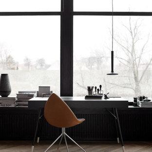 Ispirazione per uno studio nordico di medie dimensioni con pareti nere, parquet chiaro, nessun camino, scrivania autoportante e pavimento marrone