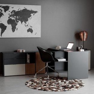 Cette image montre un bureau nordique de taille moyenne avec un mur gris, béton au sol, aucune cheminée, un bureau indépendant et un sol gris.