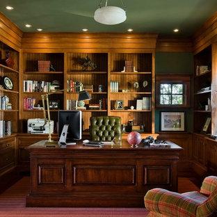 Идея дизайна: рабочее место среднего размера в классическом стиле с зелеными стенами, отдельно стоящим рабочим столом, ковровым покрытием и красным полом без камина