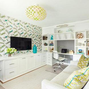 Foto di un ufficio chic con pareti multicolore, scrivania incassata e pavimento beige