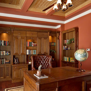 Cette photo montre un bureau chic de taille moyenne avec un mur marron et un bureau indépendant.
