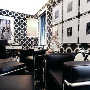 ロサンゼルスの中サイズのコンテンポラリースタイルのおしゃれな書斎 (黒い壁、竹フローリング、自立型机、茶色い床) の写真