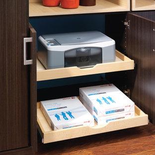 Ejemplo de despacho clásico, de tamaño medio, con suelo de madera oscura y escritorio independiente