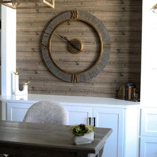 Foto di un grande ufficio stile rurale con pareti marroni, pavimento in legno massello medio, nessun camino, scrivania autoportante e pavimento marrone