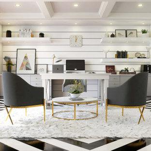 Foto de estudio casetón y ladrillo, moderno, de tamaño medio, ladrillo, sin chimenea, con paredes blancas, suelo de mármol, escritorio independiente, suelo negro y ladrillo