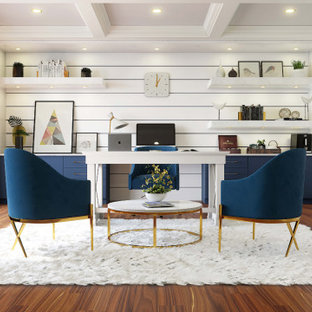 На фото: домашняя мастерская среднего размера в стиле модернизм с белыми стенами, паркетным полом среднего тона, отдельно стоящим рабочим столом, коричневым полом, кессонным потолком и кирпичными стенами без камина