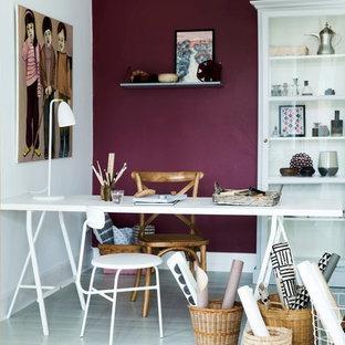 Idéer för att renovera ett litet vintage hemmabibliotek, med ett fristående skrivbord, lila väggar, målat trägolv och grått golv