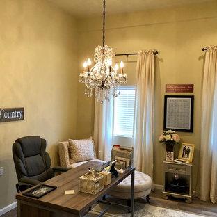 フィラデルフィアの中サイズのトラディショナルスタイルのおしゃれなホームオフィス・仕事部屋 (ベージュの壁、ラミネートの床、自立型机、グレーの床) の写真
