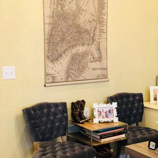 Idee per uno studio chic di medie dimensioni con pareti beige, pavimento in laminato, scrivania autoportante e pavimento grigio