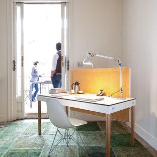 Idee per un piccolo ufficio contemporaneo con pareti bianche, nessun camino, scrivania autoportante e pavimento verde