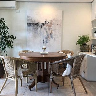 シドニーの小さいエクレクティックスタイルのおしゃれなホームオフィス・書斎 (グレーの壁、磁器タイルの床、造り付け机、ベージュの床) の写真