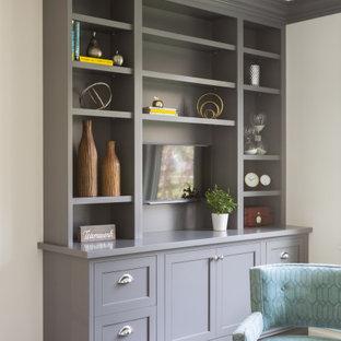 Idéer för mellanstora vintage arbetsrum, med vita väggar, mellanmörkt trägolv, ett fristående skrivbord och brunt golv
