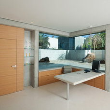 Modern Home Office by Elad Gonen