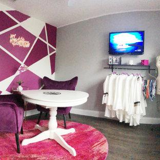 オーランドの中くらいのトランジショナルスタイルのおしゃれなホームオフィス・書斎 (グレーの壁、ラミネートの床、暖炉なし、自立型机、茶色い床) の写真