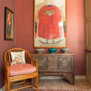 Exempel på ett mellanstort eklektiskt hemmabibliotek, med röda väggar, travertin golv och ett inbyggt skrivbord