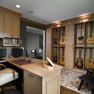Modernes Arbeitszimmer mit Einbau-Schreibtisch und grauer Wandfarbe in Chicago