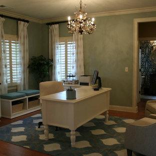 Foto di un ufficio chic di medie dimensioni con pareti blu, pavimento in legno massello medio e scrivania autoportante