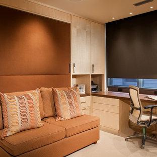 Kleines Modernes Arbeitszimmer mit beiger Wandfarbe, Teppichboden, Einbau-Schreibtisch und beigem Boden in Denver