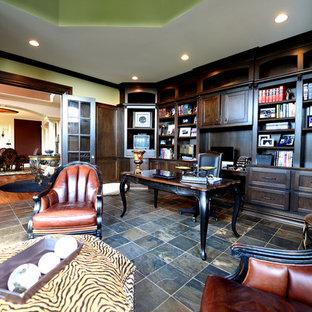 インディアナポリスの巨大なトラディショナルスタイルのおしゃれな書斎 (スレートの床、暖炉なし、自立型机) の写真