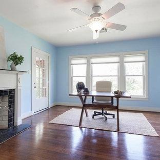 ヒューストンの中サイズのトランジショナルスタイルのおしゃれなアトリエ・スタジオ (青い壁、濃色無垢フローリング、標準型暖炉、自立型机、タイルの暖炉まわり) の写真