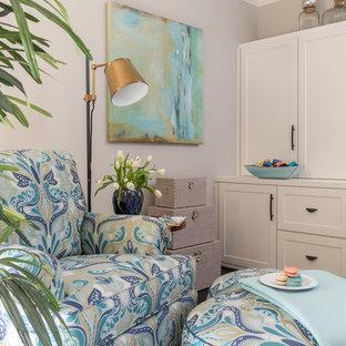 Inspiration för mellanstora klassiska hobbyrum, med beige väggar, mörkt trägolv och ett inbyggt skrivbord