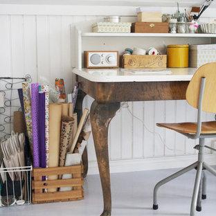 Пример оригинального дизайна: кабинет в стиле шебби-шик с белыми стенами и отдельно стоящим рабочим столом