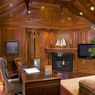 ミネアポリスのトラディショナルスタイルのおしゃれなホームオフィス・書斎 (コーナー設置型暖炉、自立型机) の写真