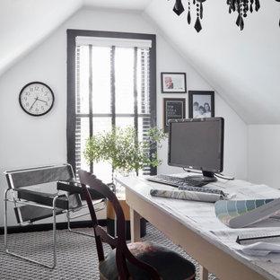 他の地域の大きいトランジショナルスタイルのおしゃれなホームオフィス・書斎 (ライブラリー、白い壁、カーペット敷き、自立型机、青い床) の写真