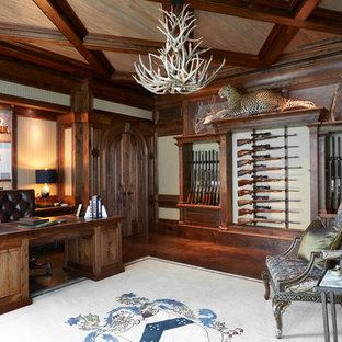 Réalisation d'un bureau chalet avec un mur blanc, un sol en bois foncé, un bureau indépendant et un sol marron.