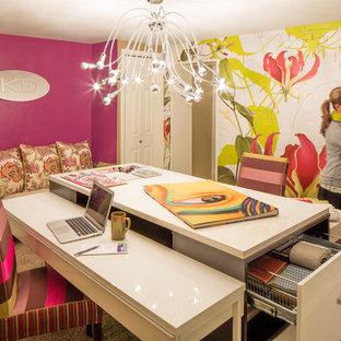 シカゴの中くらいのコンテンポラリースタイルのおしゃれな書斎 (ピンクの壁、カーペット敷き、暖炉なし、自立型机、ベージュの床) の写真