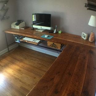 Idéer för att renovera ett mellanstort industriellt arbetsrum, med beige väggar, mellanmörkt trägolv och ett fristående skrivbord