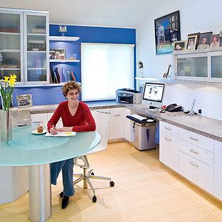 サンディエゴの中サイズのコンテンポラリースタイルのおしゃれな書斎 (青い壁、竹フローリング、造り付け机) の写真