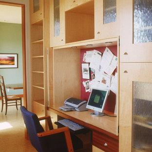サンディエゴの小さいコンテンポラリースタイルのおしゃれな書斎 (ベージュの壁、竹フローリング、造り付け机) の写真