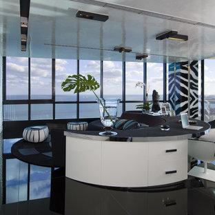 Foto på ett funkis arbetsrum, med vita väggar, ett fristående skrivbord och svart golv